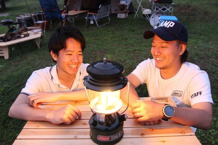 点火完了したガスランタンを見て微笑む2人