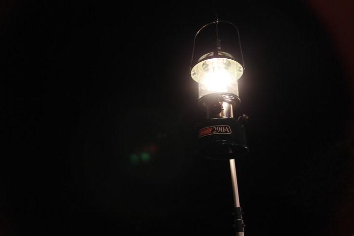 暗闇に光るコールマンのワンマントルランタン