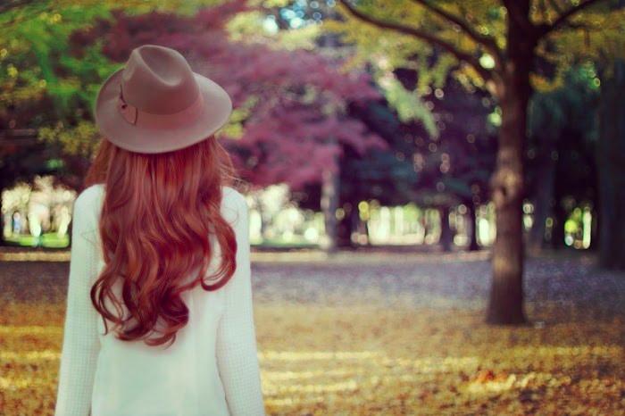 森を散歩する女性