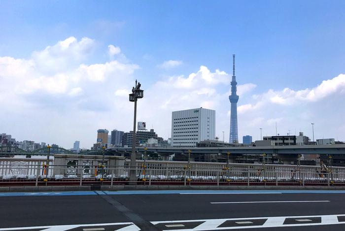 隅田川を渡る蔵前橋から見えるスカイツリー