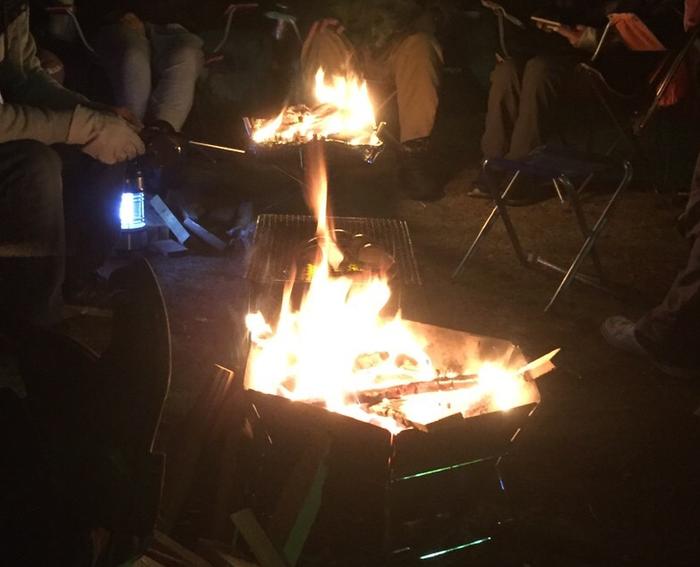ユニフレームのファイアグリルで焚き火をしている様子
