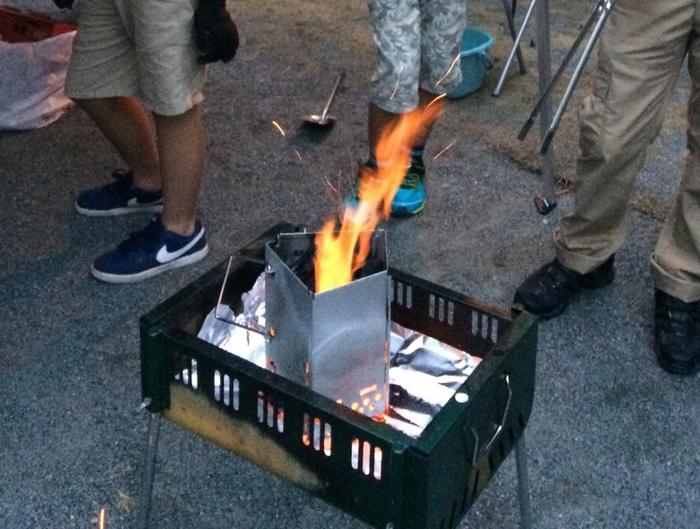 箱型のバーベキューコンロでの焚き火の様子