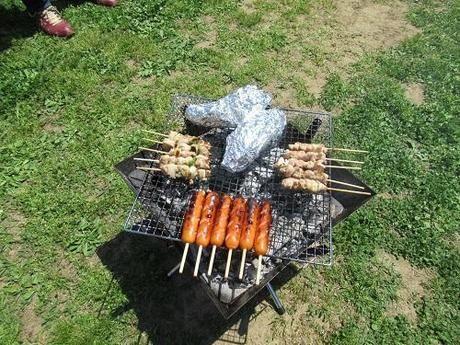 網の上で焼かれている串焼きやフランクフルト