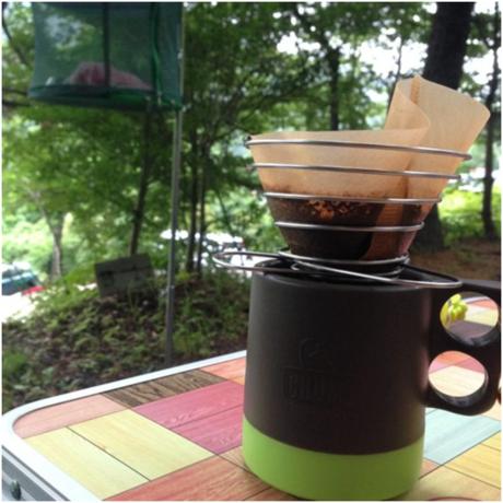 キャンプ場でコーヒーをドリップしている様子
