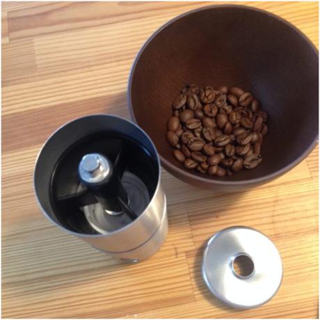 コーヒーミルにコーヒー豆を入れる様子