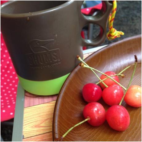 コーヒーカップとさくらんぼ