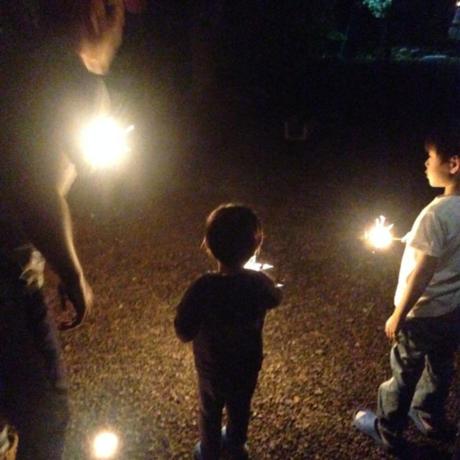 花火を楽しむ親子