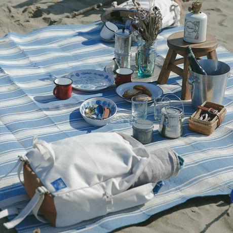 ブルーとホワイトのボーダーのレジャーシートを使ったピクニック