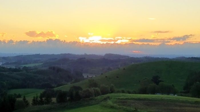 広大な山々と夕日