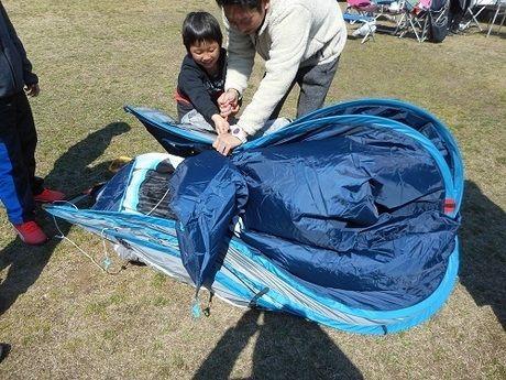 ケシュア 2SECONDS XL AIR3を畳んでいる親子