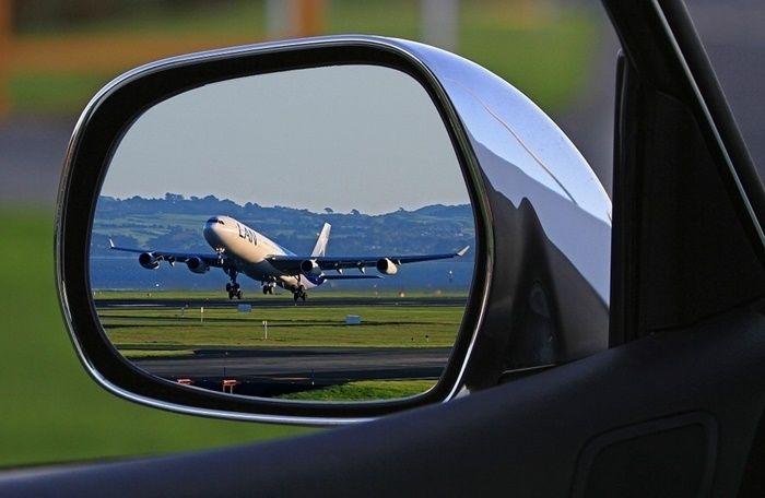 サイドミラーに映る飛行機