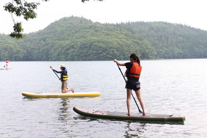 湖でSUPを楽しむ女性たち