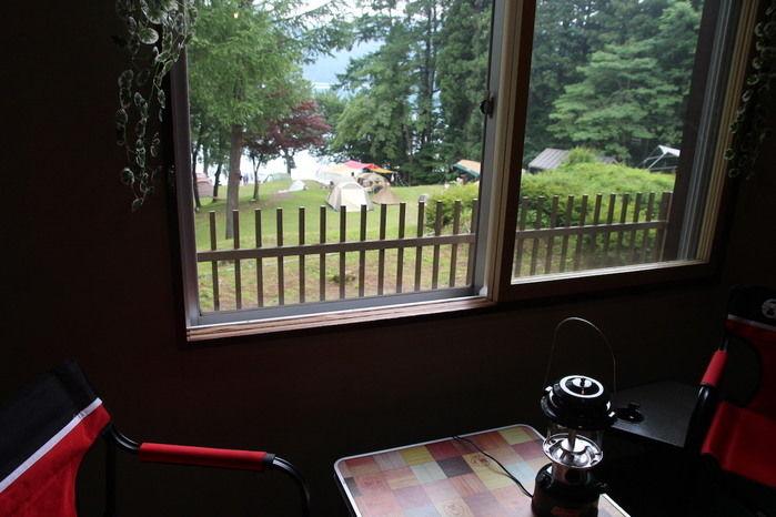 インドアキャンプの客室の窓から見える景色
