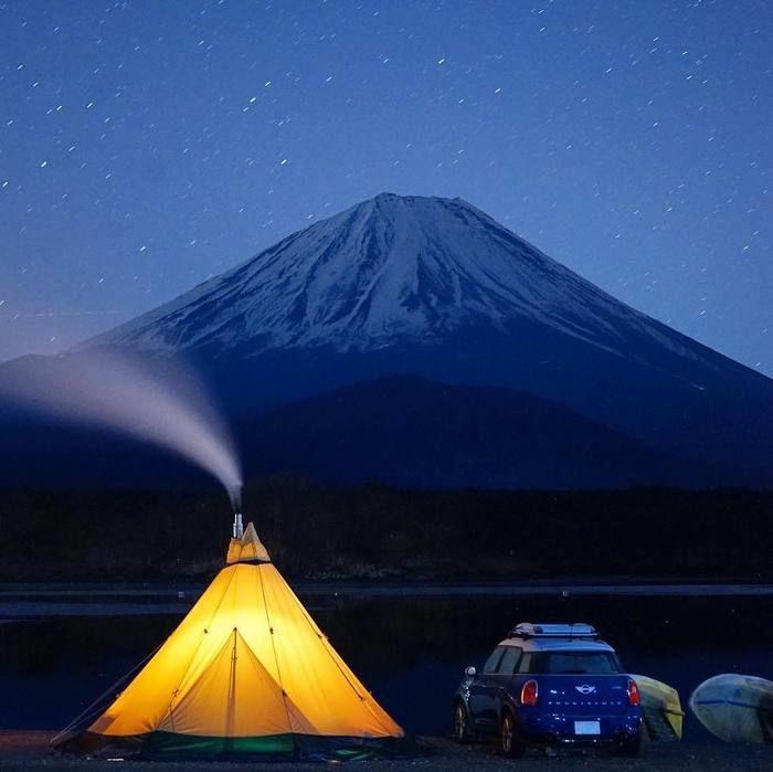 夜に富士山の麓で光るテント
