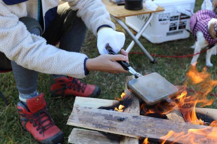 焚火で料理する様子