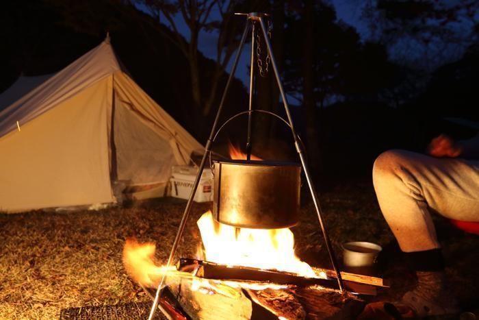 キャンプでダッチオーブンを使った料理を作る様子