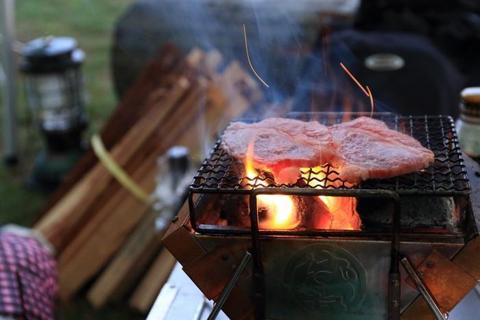 ステーキ肉をグリルする様子