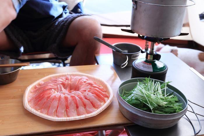 金目鯛の刺身と野菜をしゃぶしゃぶにする様子