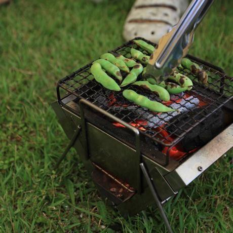 枝豆を炭火焼きする様子