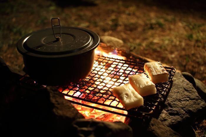 鍋を温めながら横で餅を焼く様子