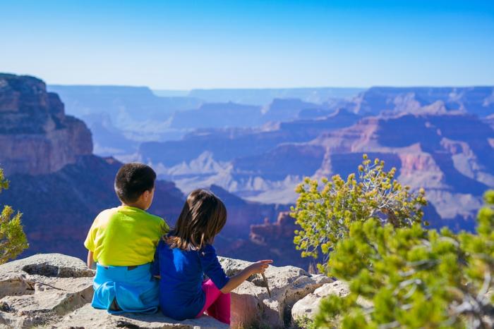 山の上で景色を眺める子供達