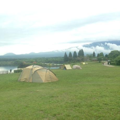 大自然の中の田貫湖キャンプ場景観