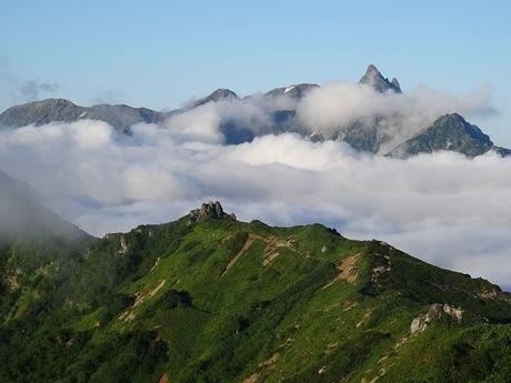 長野県大町市の雲がかった山々