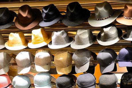 売り場に並べられた帽子