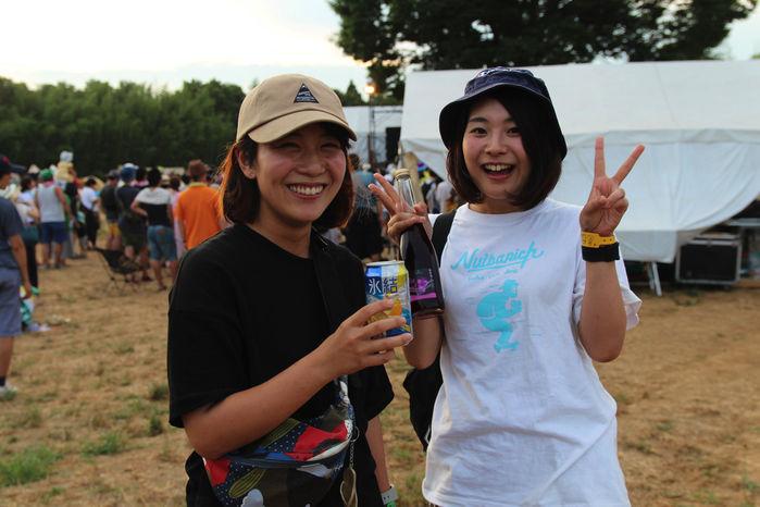 ピーナッツキャンプでお酒を飲む人々