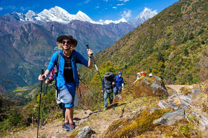 モンベルの帽子をかぶって登山をする人たち