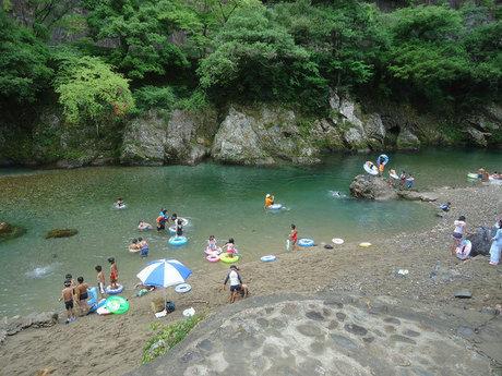 すぎのこキャンプ場の川で遊ぶ子供達