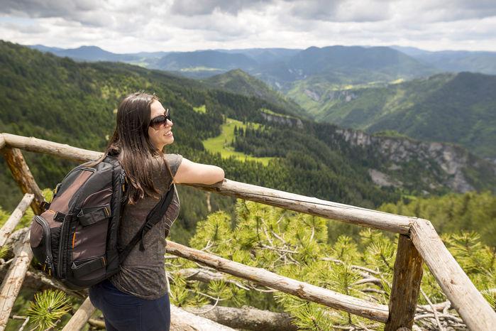 展望台からの絶景を眺める女性