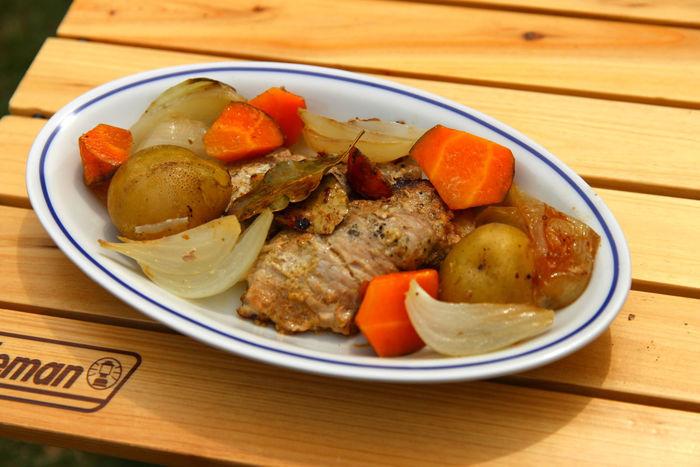 お皿に盛られた彩り野菜のローストポーク