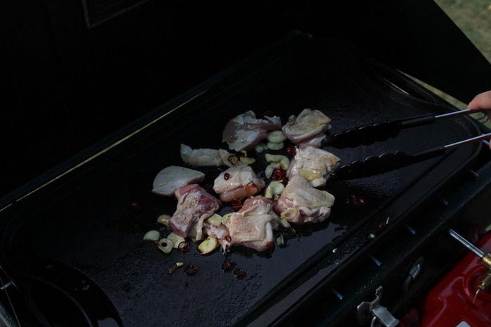 鶏肉を炒める様子