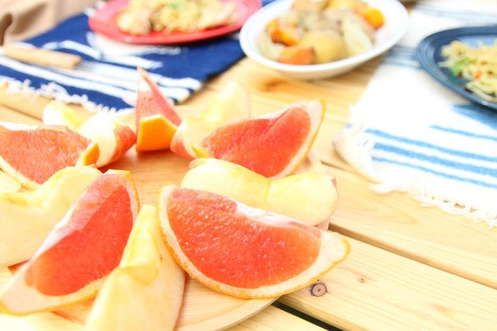 カットされたりんごとグレープフルーツ