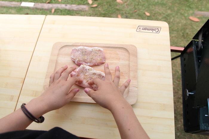 お肉に塩コショウを揉み込む作業