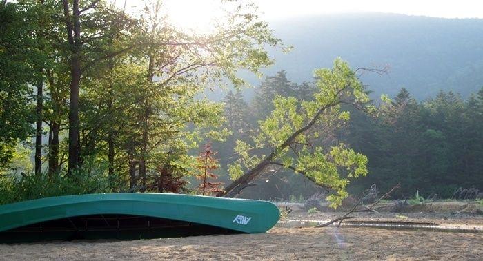 然別湖に置かれたカヌー