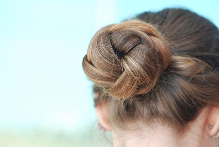 髪をお団子に結んだ女性の後ろ姿