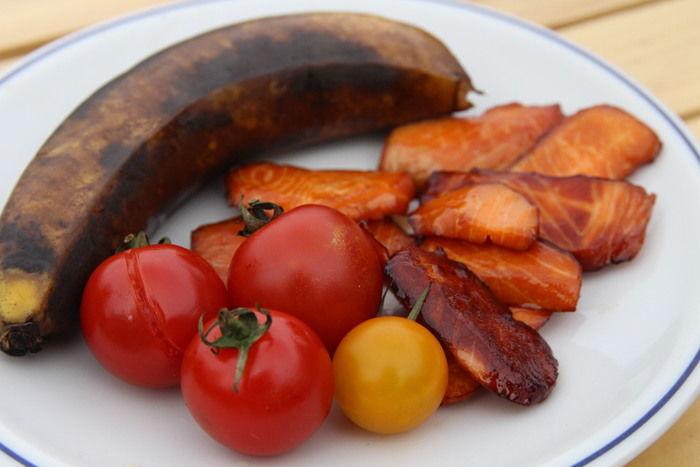 完成した燻製バナナ、トマト、サーモン