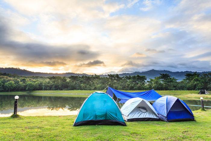 キャンプ場に設置されている3つのブルーのテント