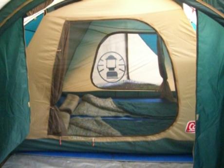 寝袋が敷かれたテント