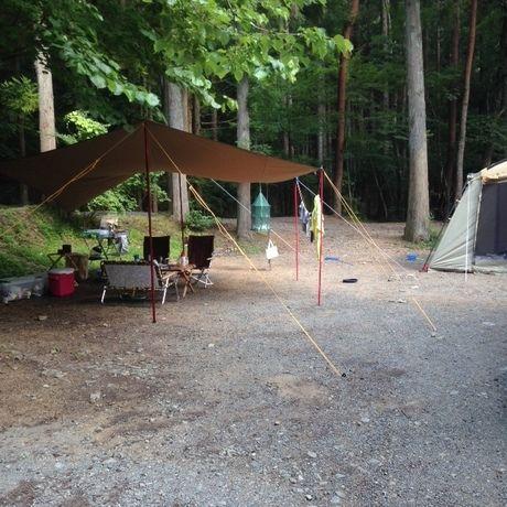 プールの上流のサイトにテントを設営した様子