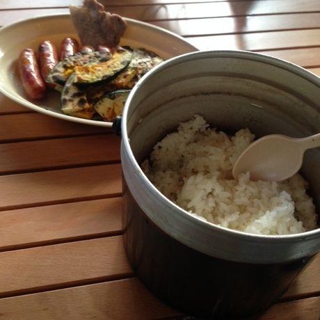 バーベキューで焼いた食材と飯盒で炊いたご飯