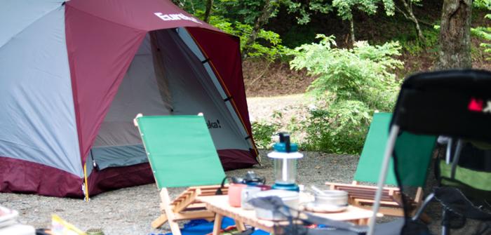 キャンプ場のテントやテントサイトの様子