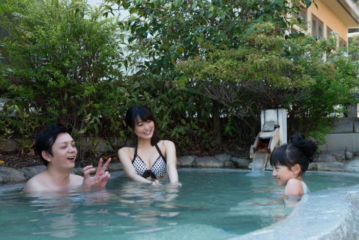 るり渓温泉の露天風呂に入る親子