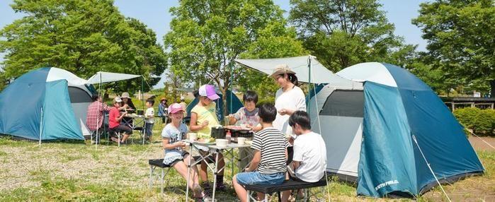 かんなの湯 ロハスガルテンキャンプ場でキャンプを楽しむ親子