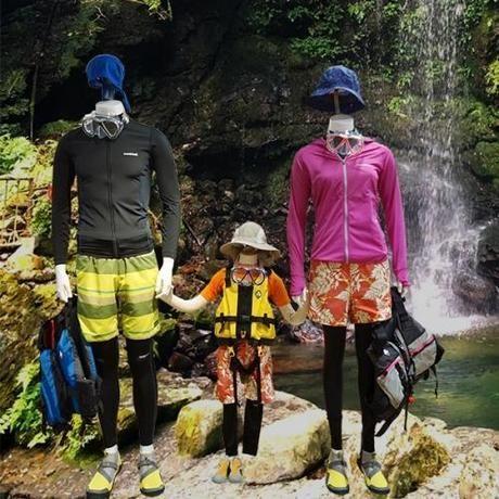 箕面の山に展示されたモンベルの服を装ったマネキン