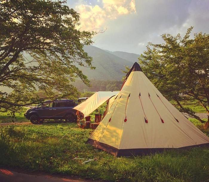 キャンプ場に設置されたテント