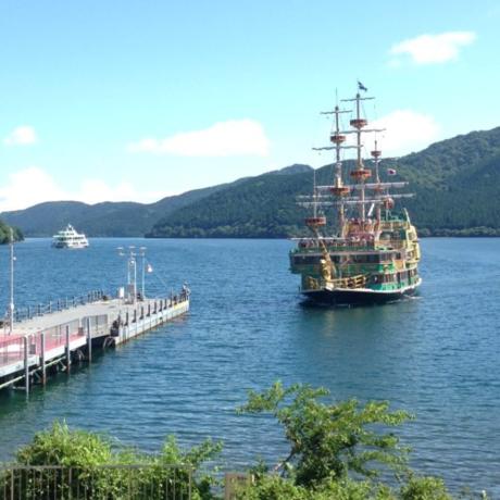 港に観光船が到着する様子