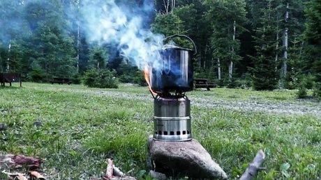 グリルを用いた焚き火の様子